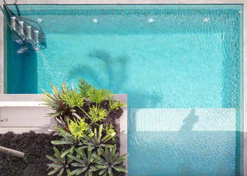 Casa R&D - Esquadra Arquitetos + Yi arquitetos: Piscinas modernas por Joana França