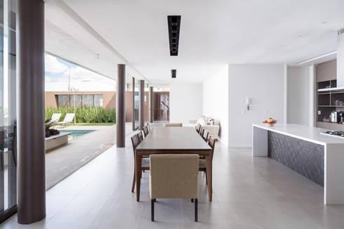 Casa R&D - Esquadra Arquitetos + Yi arquitetos: Salas de jantar modernas por Joana França