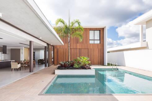 Casa R&D - Esquadra Arquitetos + Yi arquitetos: Casas modernas por Joana França