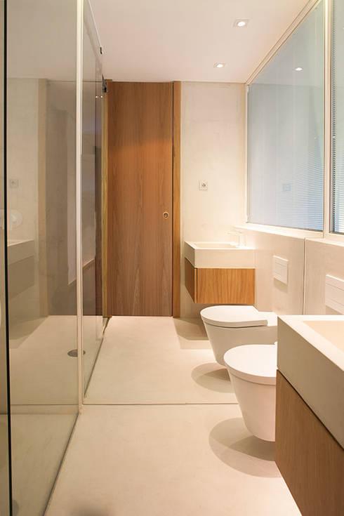 Reforma de apartamento: Casas de banho minimalistas por PAULO MARTINS ARQ&DESIGN