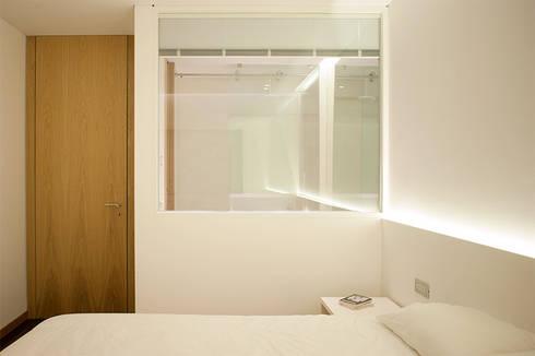Reforma de apartamento: Quartos minimalistas por PAULO MARTINS ARQ&DESIGN