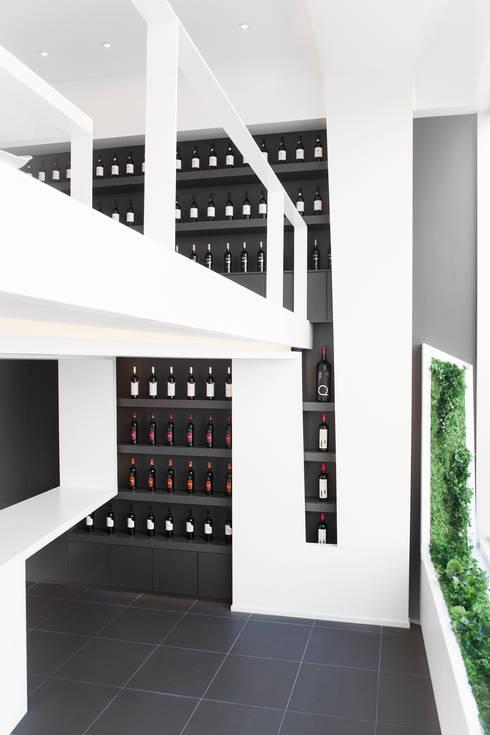 WINE HOUSE: Lojas e espaços comerciais  por PAULO MARTINS ARQ&DESIGN