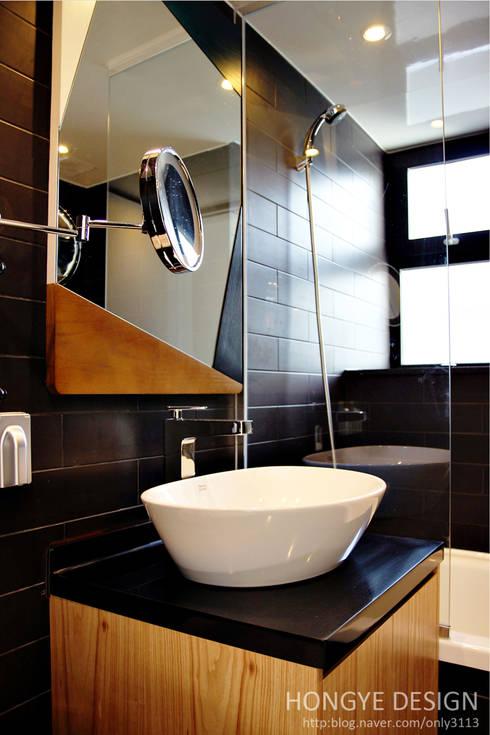 한지붕 두가족이 사는집_38py: 홍예디자인의  욕실