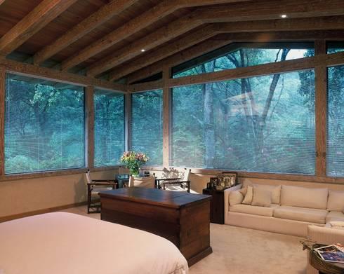 Casa R: Recámaras de estilo clásico por JR Arquitectos