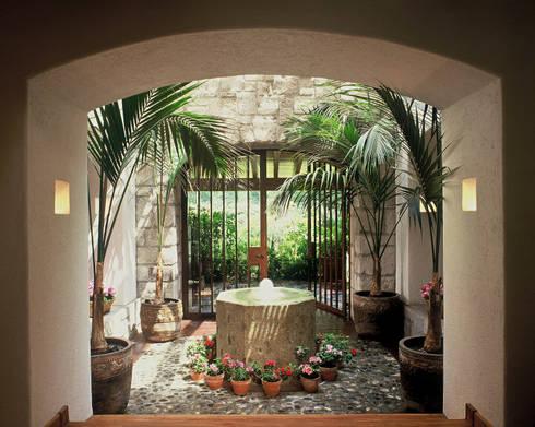 Casa R: Pasillos y recibidores de estilo  por JR Arquitectos