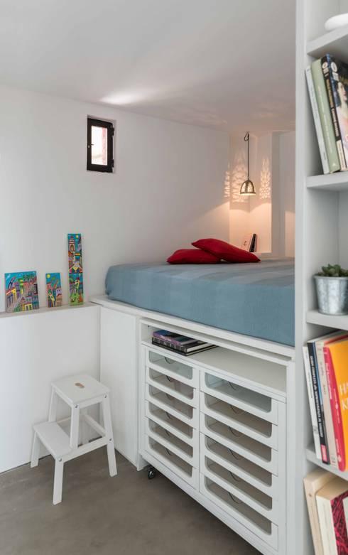 ATTICO IN CITTA': Camera da letto in stile in stile Industriale di architetto Lorella Casola