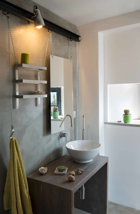 ATTICO IN CITTA': Bagno in stile  di architetto Lorella Casola