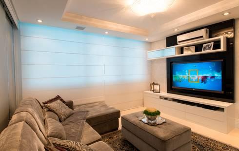 APARTAMENTO BEIRA MAR: Sala de estar  por Cristine V. Angelo Boing e Fernanda Carlin da Silva