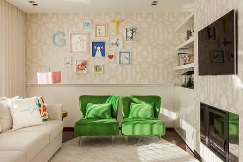 PORTO . INTERDESIGN: Sala de estar  por Interdesign Interiores