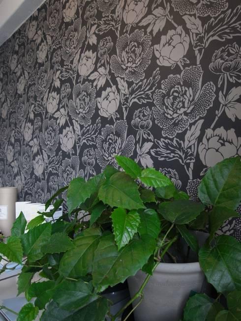 アトリエは築88年のレトロビル: ATELIER ENSEMBLEが手掛けた壁&床です。