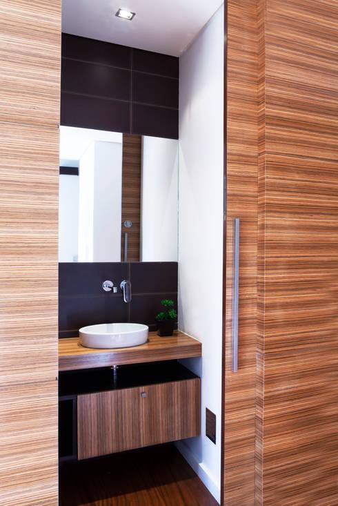 Casa R: Casas de banho modernas por Spacemakers