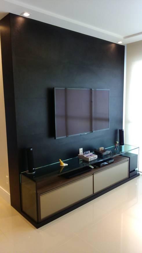 Sala de tv: Salas de estar modernas por Caroline Lima Arquitetura