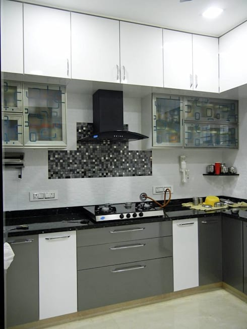 3BHK apartment:  Kitchen by Interiors By Suniti
