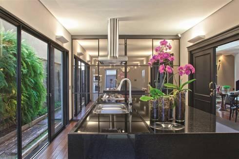 Residência Quinta do Golfe : Cozinhas  por FERNANDO ROMA . estudioROMA