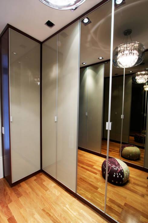 Vestidores y closets de estilo  por Officina44