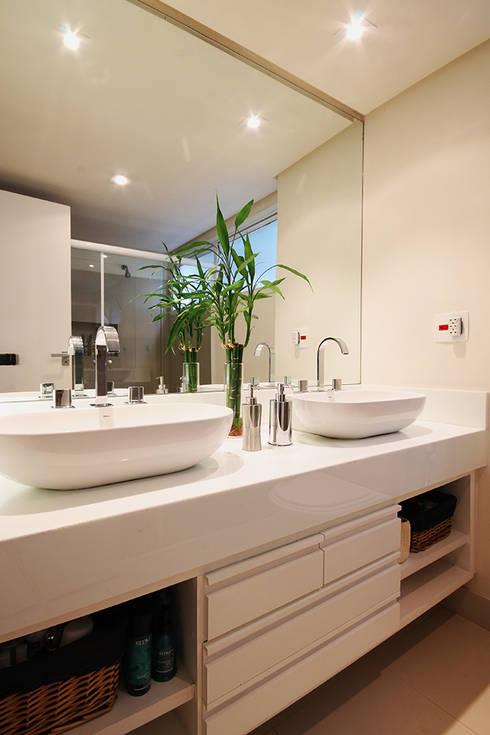 Apartamento Moema: Banheiros modernos por Officina44