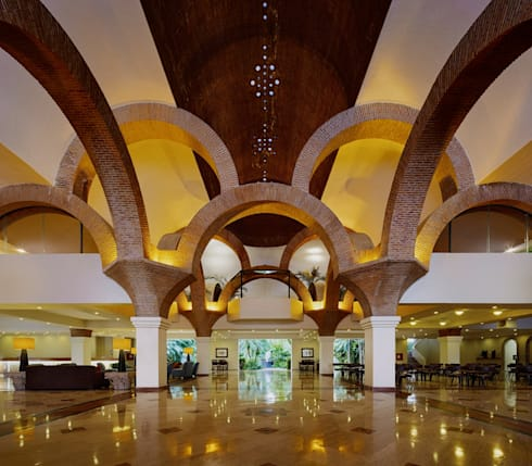 Lobby de Velas Vallarta: Pasillos y recibidores de estilo  por MC Design