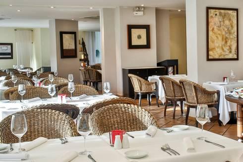 """Restaurante """"Andrea"""".: Comedores de estilo ecléctico por MC Design"""