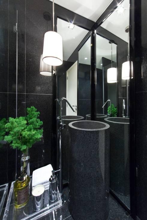 APARTAMENTO LISBOA: Casas de banho ecléticas por Manuel Francisco Jorge interior Design Studio