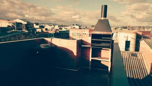 CUBIERTA PLANA EN VIVIENDA DE INTERES SOCIAL (TERRAZA): Terrazas de estilo  por MVP arquitectos