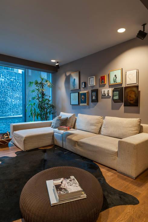 Sala TV: Salas multimedia de estilo ecléctico por MAAD arquitectura y diseño