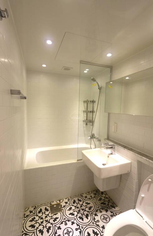 작은집 넓게 쓰는 빌라인테리어_ 20py: 홍예디자인의  욕실