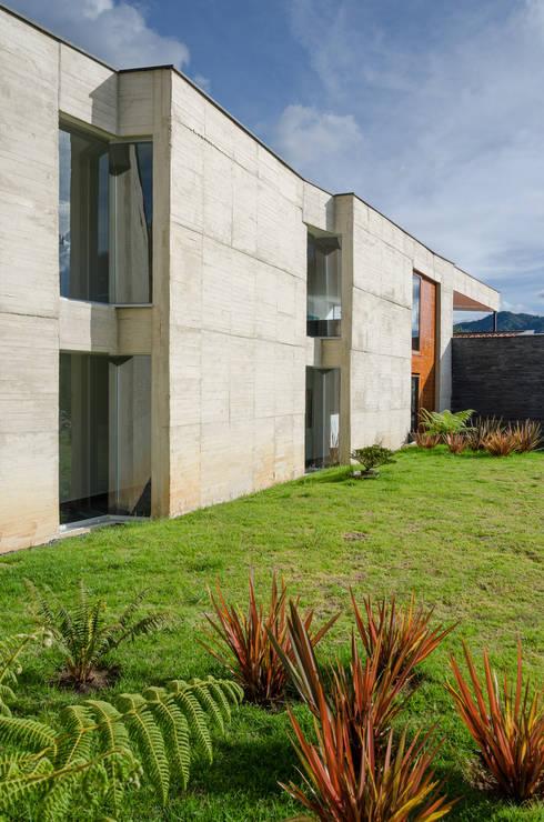 Exterior 1: Casas de estilo tropical por PLANTA BAJA ESTUDIO DE ARQUITECTURA