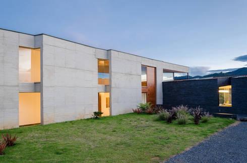 Exterior 3: Casas de estilo tropical por PLANTA BAJA ESTUDIO DE ARQUITECTURA