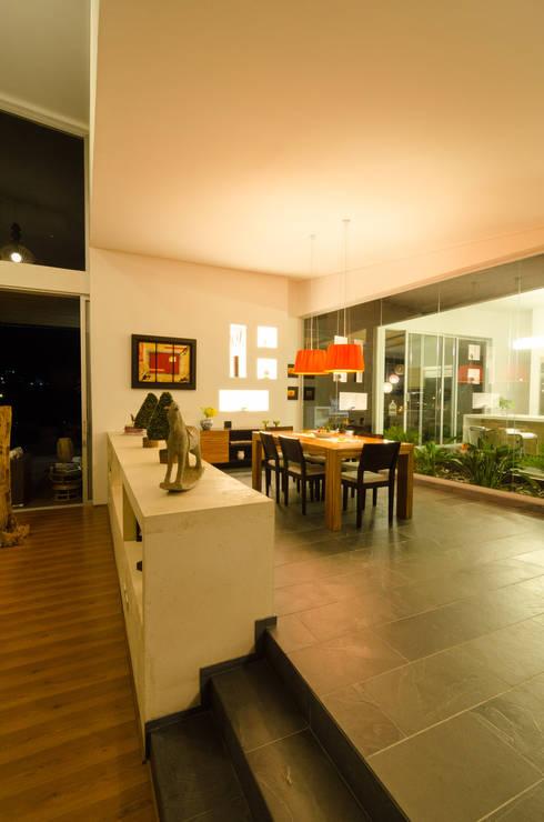 interior comedor: Comedores de estilo tropical por PLANTA BAJA ESTUDIO DE ARQUITECTURA