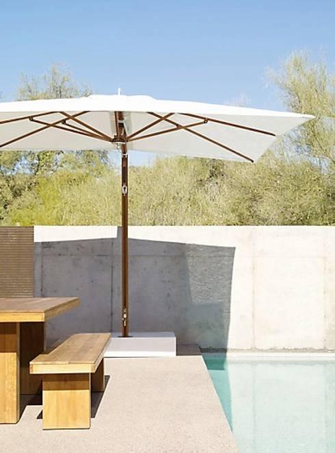Mesa y Banca KAYU: Balcones y terrazas de estilo moderno por Design Within Reach Mexico