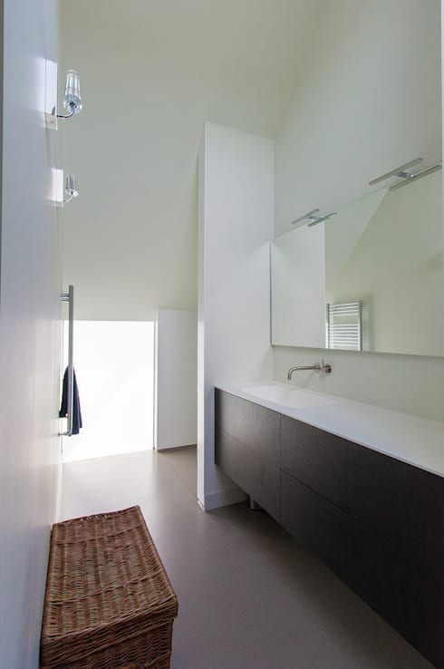 Bathroom by ScanaBouw BV