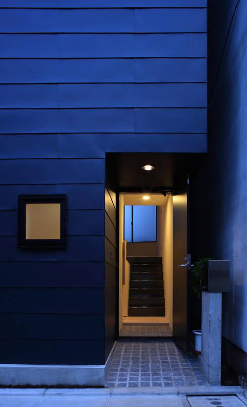 玄関アプローチ: 濱嵜良実+株式会社 浜﨑工務店一級建築士事務所が手掛けた廊下 & 玄関です。