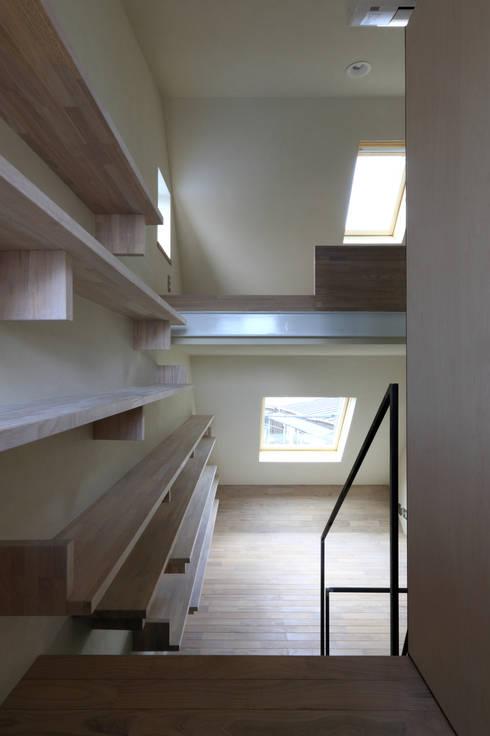 書斎: 濱嵜良実+株式会社 浜﨑工務店一級建築士事務所が手掛けた書斎です。