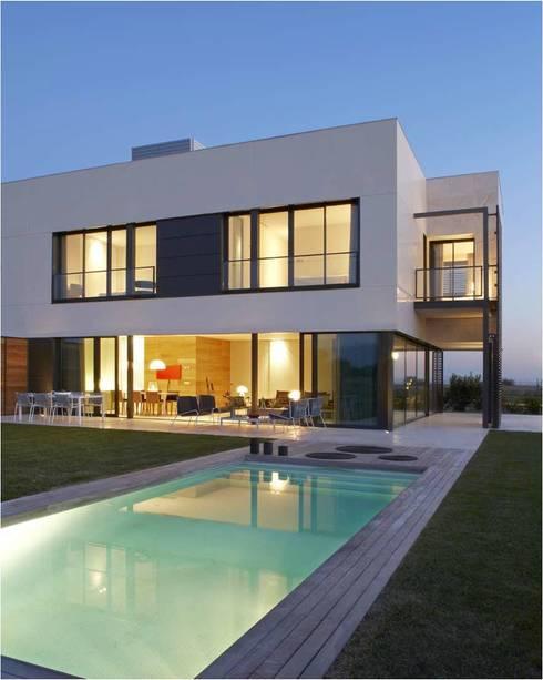 8 VILLAS GOLF PERELADA (GIRONA): Casas de estilo  de ruiz narvaiza associats sl