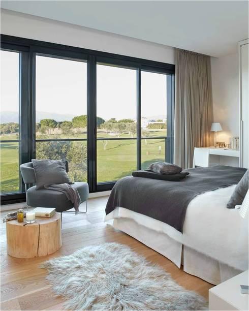 8 VILLAS GOLF PERELADA (GIRONA): Dormitorios de estilo  de ruiz narvaiza associats sl