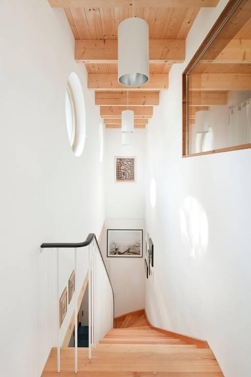 Pasillos y vestíbulos de estilo  por Müllers Büro