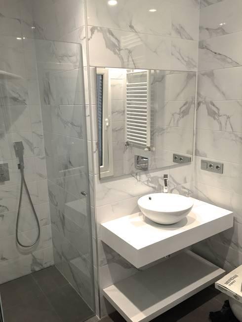 Reforma de un apartamento en el centro de San Sebastian: Baños de estilo  de EKIDAZU