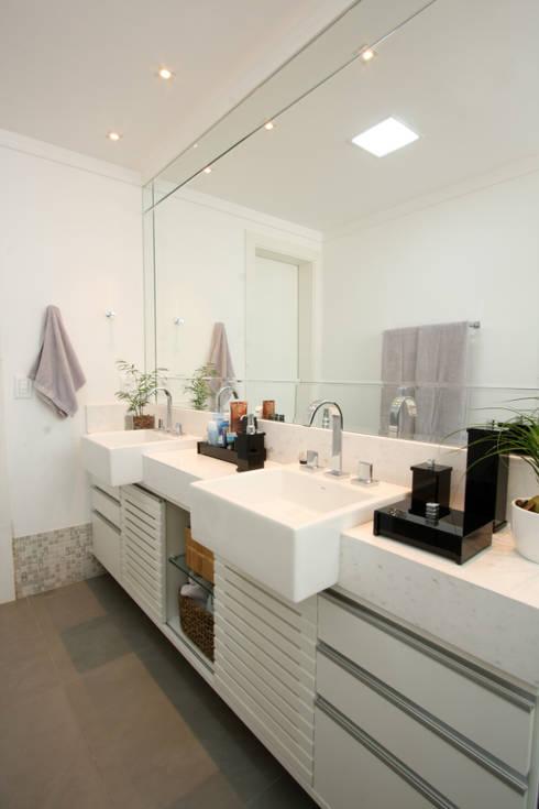 Apartamento Pinheiros 2: Banheiros  por Officina44
