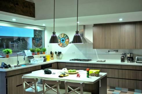 Casa Restrepo Botero: Cocinas de estilo clásico por WVARQUITECTOS