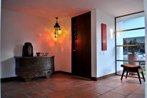 Casa Restrepo Botero: Pasillos y vestíbulos de estilo  por WVARQUITECTOS