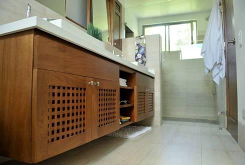Casa Restrepo Botero: Baños de estilo clásico por WVARQUITECTOS