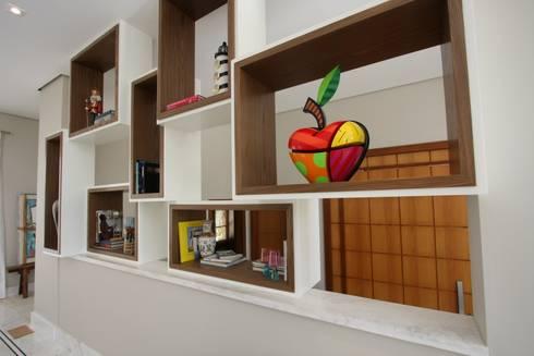 Interiores Residência Melville: Sala de estar  por Officina44