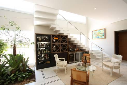 Interiores Residência Melville: Adega  por Officina44