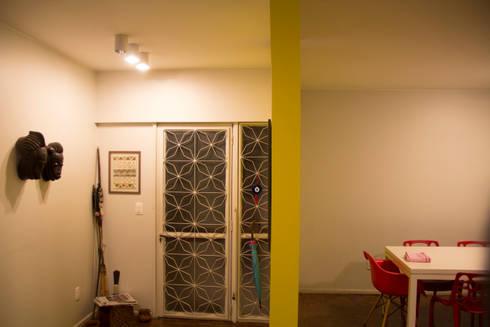 ambientação de sala de estar: Corredores e halls de entrada  por ARM ARQUITETURA E URBANISMO