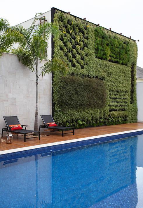 Residência Barra da Tijuca I: Terraços  por Carmen Mouro - Arquitetura de Exteriores e Paisagismo