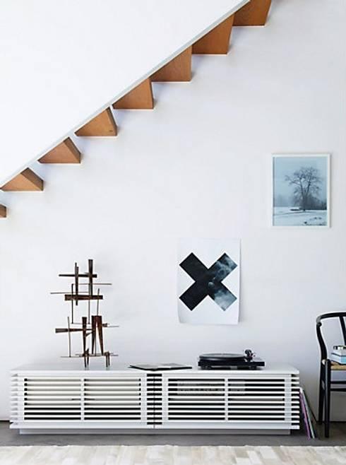 Consola para TV de la coleccion LINE diseñada por Nathan Yong para DWR. : Salas de estilo moderno por Design Within Reach Mexico