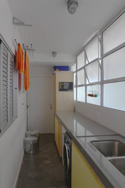 área de serviço - lavanderia  ap bossa: Cozinhas modernas por omnibus arquitetura