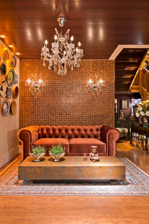 ESTAR DE BOAS-VINDAS - Mostra Morar Mais: Salas de estar clássicas por Estúdio Pantarolli Miranda - Arquitetura, Design e Arte