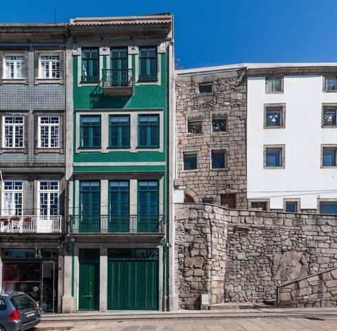 <q class='-first'>Pier 67</q> : Casas modernas por Arpadór,  Arquitectos e Associados, lda