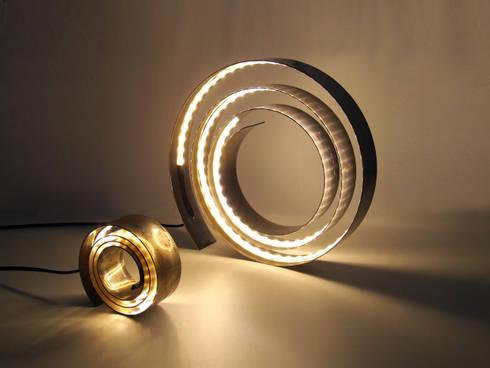 Amonita / lamp: Sala de estar  por HR Design Studio